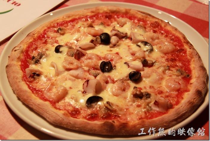 日本北九州-豪斯登堡。【Pizza & Pasta PINOCCIO】(皮諾丘披薩義大利麵館)。這是披薩剛上桌的樣子,看它邊緣的麵皮烤得酥脆的樣子,真想趕快咬一口。