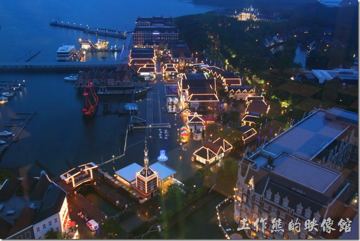 日本北九州-豪斯登堡。夜晚由「德姆特倫高塔」俯瞰港口城,可以看到「千陽號」靜靜的停泊在港口。