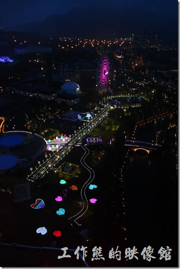 日本北九州-豪斯登堡。夜晚天由「德姆特倫高塔」俯瞰「藝術花園」的情景,可以看各種燈光妝點大地與摩天輪,也有立體雷射投影,好不熱鬧。