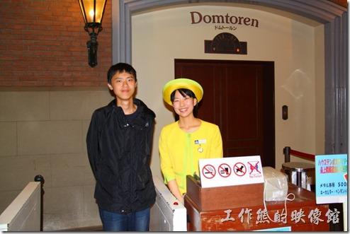 日本北九州-豪斯登堡。「德姆特倫高塔」有穿著全黃色的可愛電梯小姐,瞇著眼眼睛笑得燦爛。
