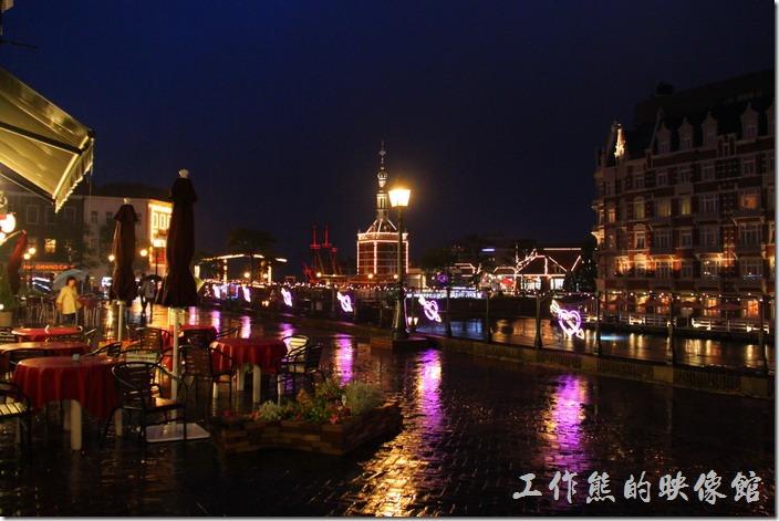 日本北九州-豪斯登堡。介於阿姆斯特丹城與高塔城之間下雨天的夜晚景象。