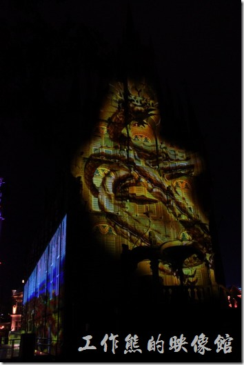 日本北九州-豪斯登堡。夜晚的「裝飾玻璃博物館」會有聲光表演恐龍秀。