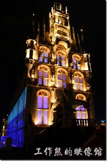 日本北九州-豪斯登堡。白天與夜晚的「阿姆斯特丹花園餐廳」旁邊的「裝飾玻璃博物館」建築。