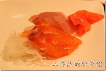 南投日月潭-雲品酒店Dinner。生魚片當然也是免不了的必備品,這裡的生魚片比較特殊,就是要現場點燃後現場切給你,讓妳吃得到新鮮。