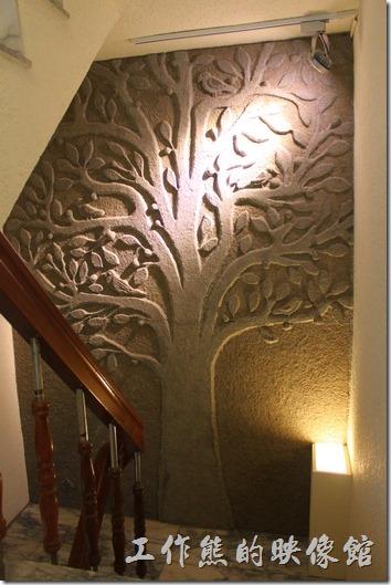 台南-L B_Coffee綠色咖啡廳。二樓到三樓的樓梯間的牆壁上有「生命之樹」藝術作品。