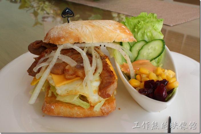 台南-L B_Coffee綠色咖啡廳。【溫體黑豬肉恰巴提尼】套餐,NT$240。採用當天的溫體黑豬、新鮮的蔬果(洋蔥、生菜)、起士及荷包蛋製成,烤過麵包熱熱的,外皮還有點脆脆,個人覺得還蠻好吃的。感覺就是超大型的豪華三明治。