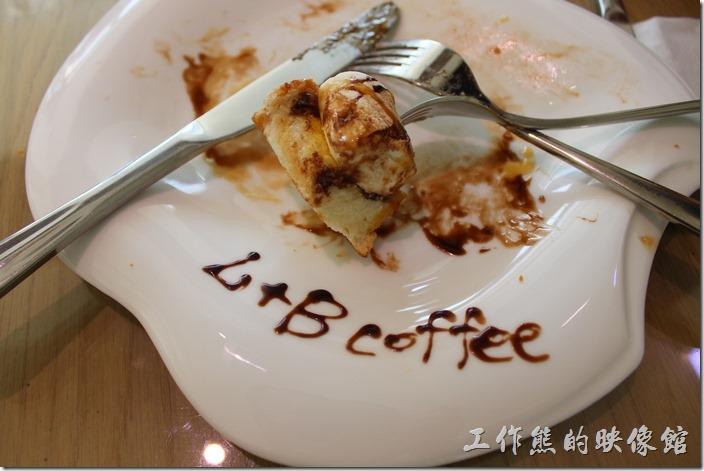 台南-L B_Coffee綠色咖啡廳。店家其實已經把棉花糖厚片切成了九宮格了,不過吃得時候還是建議拿刀叉,免得楓糖巧克力沾手,就剩下一塊了,有誰要吃?