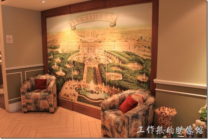 台南-瑪莉洋房(Marie's House)。休息區有一幅落地的大型皇宮圖片。