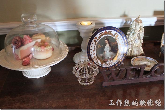 台南-瑪莉洋房(Marie's House)。餐廳二樓入口處的桌子上有些法國的瓷器及小玩意。