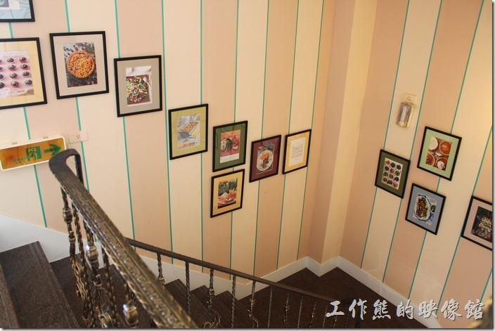 台南-瑪莉洋房(Marie's House)的樓梯間掛著許多的美食照片。