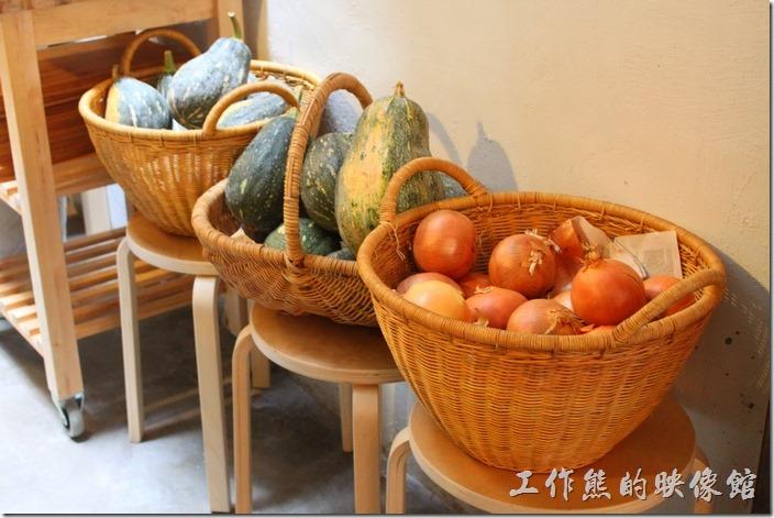 台南-晚起餐館(getlate)。耐放的食材(南瓜、洋蔥)就直接放在籃子,也可以當成擺飾。