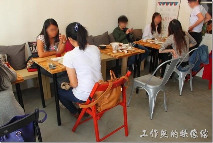 台南-晚起餐館(get late)一樓最外面餐廳的環境,客人還滿多的。