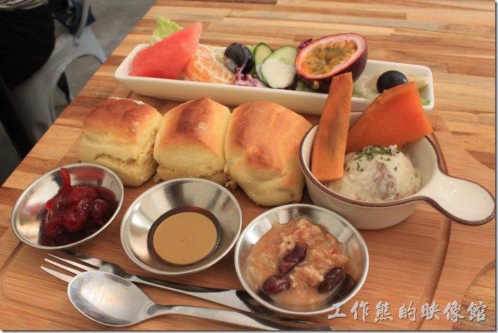 台南-晚起餐館(getlate)。手做熱司康,NT190。有三份熱司康及三種醬汁,分別為蔓越莓(酸的)、蜂蜜(甜的)、墨式辣豆肉醬(鹹的),另外還有水果沙拉(蔬菜有點少),以及番薯和薯泥。