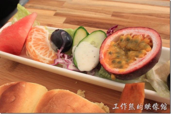 台南-晚起餐館(getlate)。這蔬菜沙拉的份量雖然有點少,但內容還滿豐富的,有半顆百香果、一片橘子、西瓜、葡萄、小黃瓜、香蕉、生菜...等。生菜還蠻新鮮的。