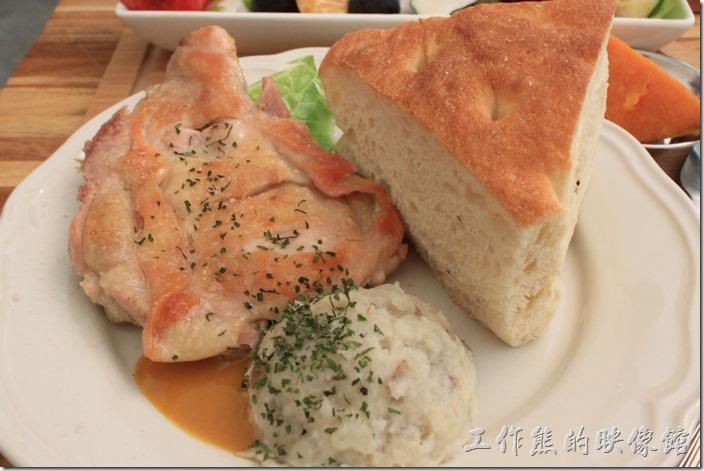 台南-晚起餐館(getlate)。這個是「蜂蜜芥末雞腿排」,NT220。這雞腿外皮應該可以兼得再酥一點點,內裏很是軟嫩,沾著底下的蜂蜜芥末醬會引出不同的風味。旁邊那塊比雞腿還大的麵包就是這裡的自製麵包,我個人吃起來感覺像是稍軟一點的山東大餅。