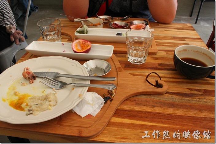 台南-晚起餐館(getlate)。吃完早午餐後杯盤狼藉的樣子,桌子其實有點小,上飲料的時候服務生應該要順便把桌子整理乾淨才是。