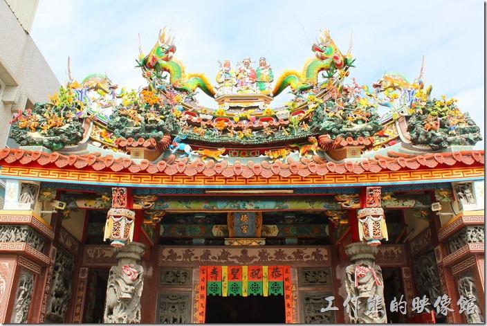 【阿美深海鮮魚湯】店面旁邊就是「伍德宮」。不過台南的廟宇非常多,尤其是海邊更多。