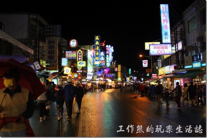 這墾丁大街的冬天即使下著雨還是有很多人逛街。