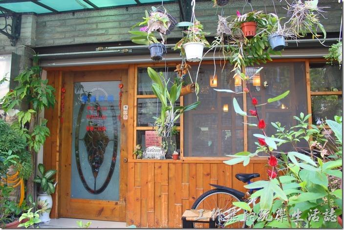 台南-伊莉的店和緯路分店。店面的外觀其實跟尋常住家沒有太大的不同,不過門前吊掛了許多的蘭花及盆栽,不仔細看還不知道這是一家早午餐咖啡館。