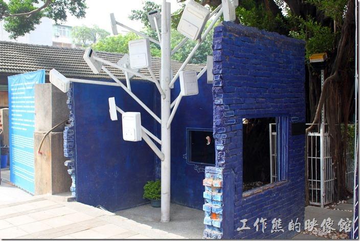 台南-西門路上司法宿舍群的藍晒圖2.0。心的藍晒圖旁邊還有一棵信箱樹,使用許多老舊的信箱塗白作成的信箱樹。