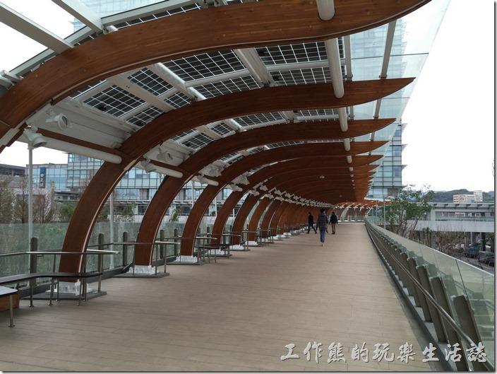 連接【中國信託南港總部】與【南港軟體園區三期】的天橋,這裏有許多坐位,以後應該會成為許多情侶約會的場所吧。