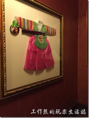 台北-紅通通韓國平價料理。紅通通餐廳內的牆上使用許多「韓國服裝」作成的標本掛像當裝飾。