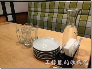 古拉爵南港中信店的餐具與餐盤。