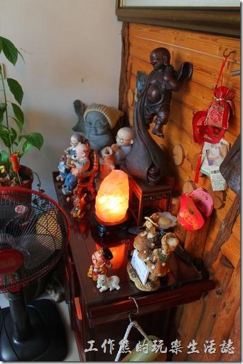 台南-伊莉的店和緯路分店。一進門有個小屏風,前面擺了許多的陶瓷裝飾品,有點凌亂,後面則是通往二樓的樓梯,樓梯的後面有座位。