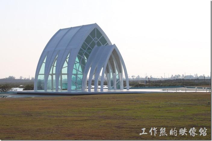 台南-北門遊客中心 水晶教堂。浪漫的水晶教堂,使用白色骨架玻璃帷幕基本上模仿關島的海之教會「St. Laguna Chapel」之水晶教堂。