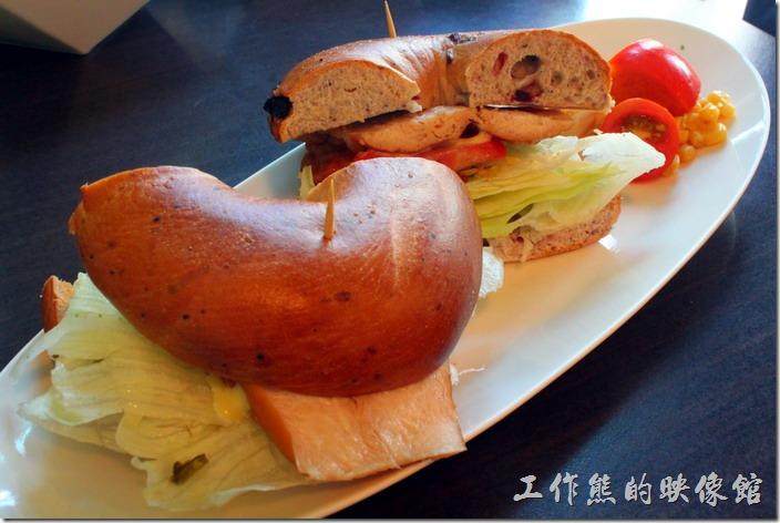 台南-席瑪朵咖啡烘培棧。B套餐使用貝果,裡頭挾著燻雞肉、牛蕃茄及生菜,一樣有一球馬鈴薯泥及少許的玉米粒。