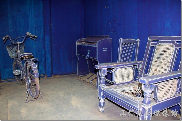 台南-西門路上司法宿舍群的藍晒圖2.0。除了腳踏車外,還有一張藤椅、手風琴,真的不建議遊客去動這些老舊的東西,純欣賞或拍照就好,工作熊拍照的時候發現有遊客帶著小朋友一直玩手風琴,還不時抱怨為什麼沒有聲音,真的給它三條線~~