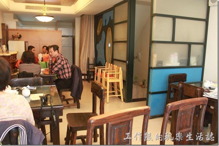 台南-伊莉的店和緯路分店。二樓的空間比較寬敞,大概可以坐得下二十人以上,比慶中街的容客數多。