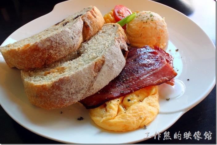台南-席瑪朵咖啡烘培棧。A套餐的主餐,NT160。主餐有兩片培根及炒蛋,兩片桂圓雜糧土司、一球冷的馬鈴薯泥配上半顆聖 女蕃茄與與米粒以及一小段的四季豆當點綴。