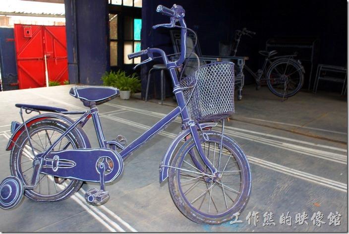 台南-西門路上司法宿舍群的藍晒圖2.0。腳踏車也回來了,以前再海安路上的腳踏車後來不見了,希望民眾發揮公德心,這次不要再把腳踏車牽回家養了!