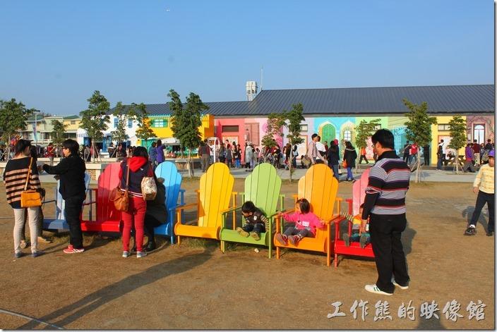 台南-北門遊客中心 水晶教堂。婚紗美地園區的藝術景觀之一,紅橙黃綠藍靛紫七種彩虹顏色的座椅。