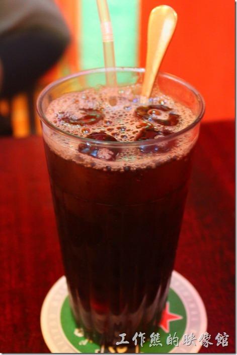 墾丁-迪迪小吃南洋菜。因為【迪迪小吃】不提供白開水,所以點了一杯冰紅茶,NT$70。這紅茶是傳統的台灣古早味,好喝!