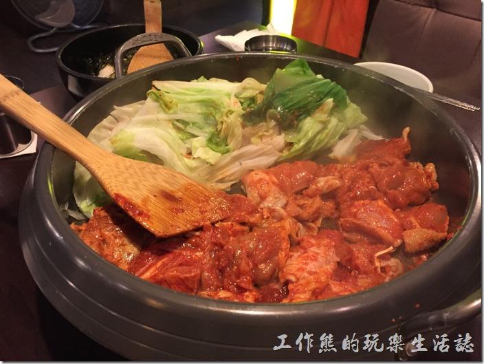 台北-紅通通韓國平價料理。製作【紅通通春川辣雞】時,服務生會把雞肉與蔬菜先分開來炒,照片中看到的紅色部份有雞肉及辣椒醬,綠色的部份當然是新鮮的蔬菜。