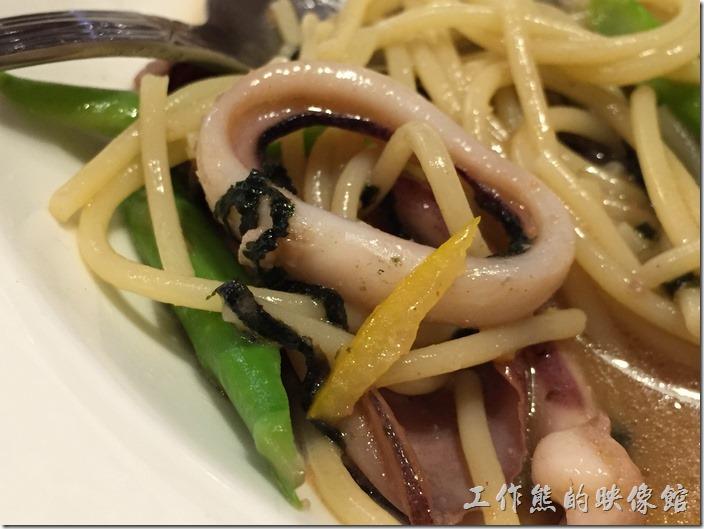 台北南港-古拉爵。柚香明太子烏賊義大利麵。都快吃完了才發現真的有柚子皮入菜(照片中黃色的那片),烏賊野蠻好吃的,QQ的軟嫩軟嫩。