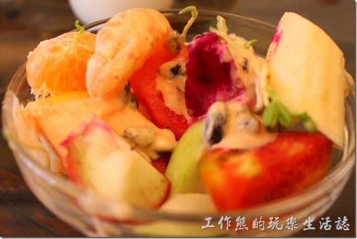 台南-伊莉的店和緯路分店。水果沙拉,內容非常豐富,有兩片橘子、香蕉、芭樂、火龍果、西瓜、牛番茄、蘋果、鳳梨、奇異果、蓮霧,只要是當季的水果都給它放進來了,再加上去殼的葵瓜子及葡萄乾,最後在上面淋上千島醬。喜歡吃水果的朋友,吃這盤沙拉真的是種享受,因為紅橙黃綠白紫各種顏色幾乎都有了。