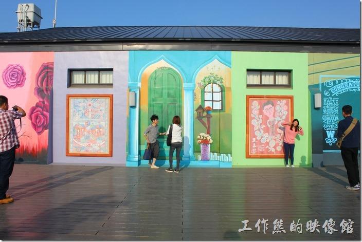 舊倉庫牆壁有許多彩繪。