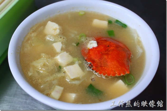 台南-阿美深海鮮魚湯。螃蟹味噌湯,NT$80。味蹭湯裡頭也放了一隻小螃蟹,加上味蹭與傳統豆腐,也是非常的鮮甜好吃。