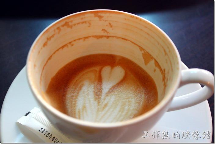 台南-席瑪朵咖啡烘培棧。看這喝完的卡布其諾咖啡留下的咖啡痕跡,就可以知道這是中度偏重的烘培,因為油脂的痕跡一圈一圈的,不過沒有焦油味。