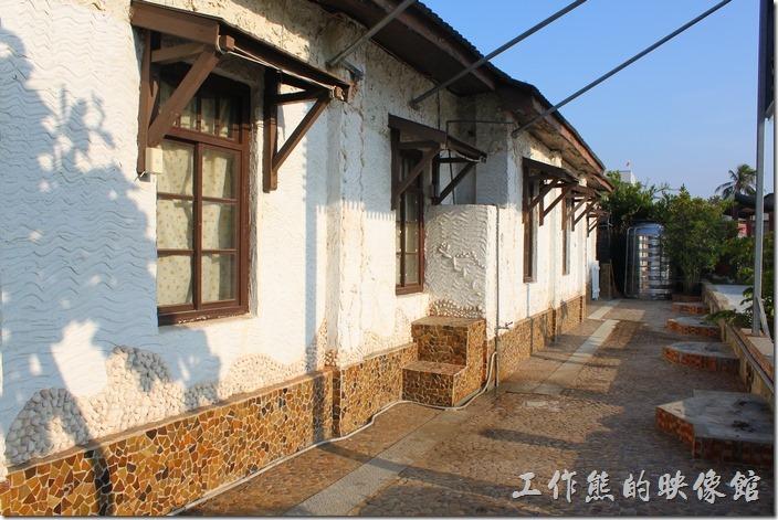 錢來也的牆壁建築使用馬賽克磁磚拼貼、貝殼與石灰牆。