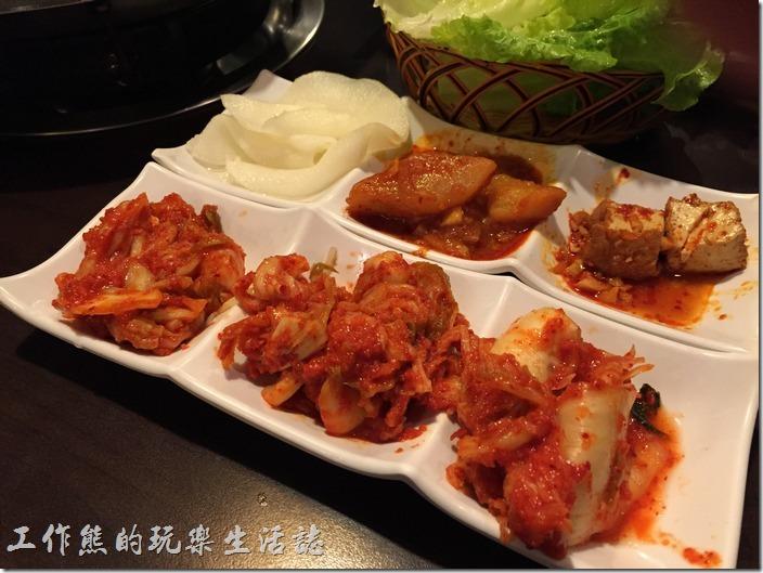 台北-紅通通韓國平價料理。小菜基本上有醃泡菜、油豆腐、醃馬鈴薯、醃白蘿蔔、豆芽菜...等,每樣小菜都很好吃,但記得留點肚子吃自己點的菜。