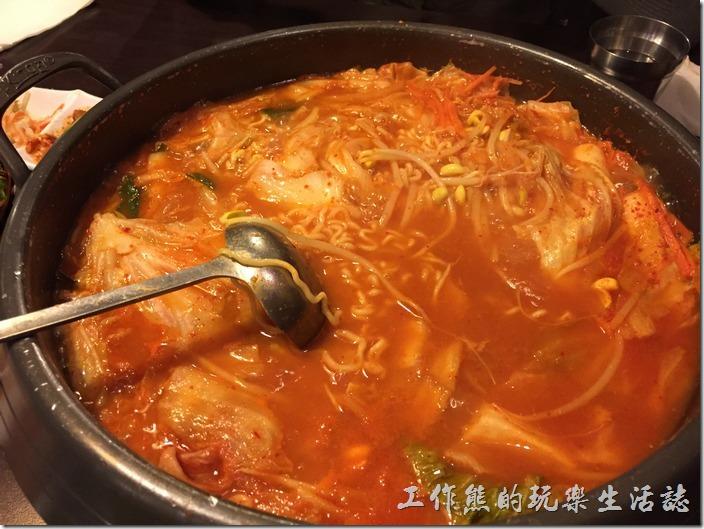 台北-紅通通韓國平價料理。天涼了!就是要吃這種熱騰騰的鍋物【部隊鍋】。