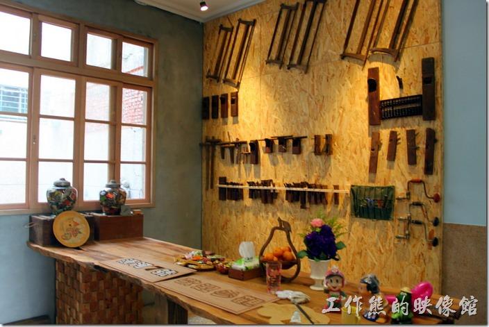 台南安平-運河路7號-創意市集 民宿。一樓後間的牆上展示了一些木工的工具,有鋸子刨刀,以及鑽孔工具以及鑿刀...等,讓人有點懷念,因為我小時候還曾經看爺爺用過呢。