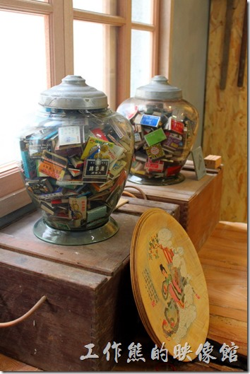 台南安平-運河路7號-創意市集 民宿。一旁的桌子上有些火材盒。