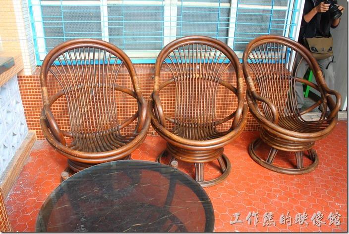 台南安平-運河路7號-創意市集 民宿。二樓外的陽台還擺了幾張老舊的藤椅,可以坐在這裡泡茶看夜景。