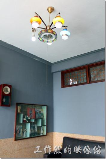 台南安平-運河路7號-創意市集 民宿。天花板上的吊燈也是古董了。