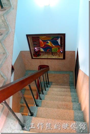 台南安平-運河路7號-創意市集 民宿。一二樓之間的樓梯也是採用磨子的,鐵欄杆加木頭扶手有可能是後來才加上去的。